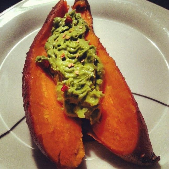 suesskartoffel mit avocado
